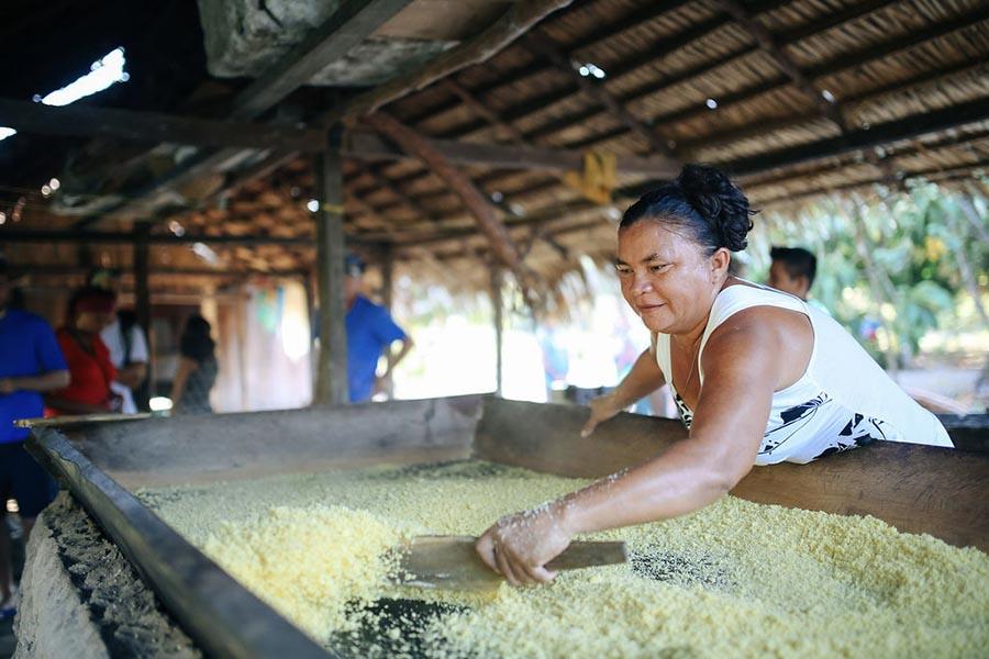 Découverte d'un peuple amazonien qui prépare de la nourriture