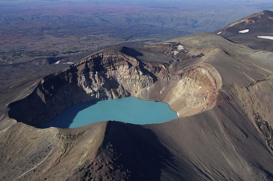 Observation du volcan au Kamchatka depuis l'hélicoptère.